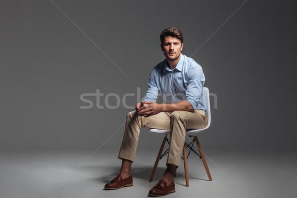 Stockfoto: Peinzend · brunette · man · Blauw · shirt · vergadering