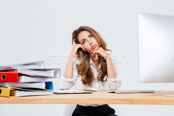 Peinzend cute zakenvrouw vergadering mobiele telefoon werkplek Stockfoto © deandrobot