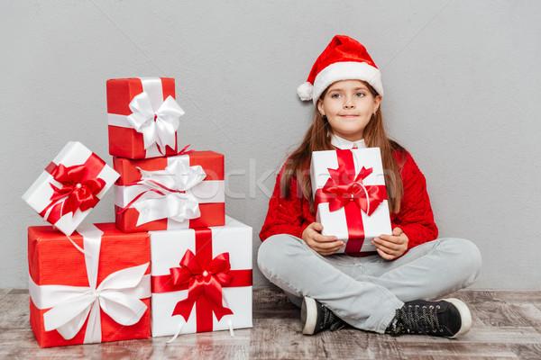 Stock fotó: Lány · mikulás · kalap · ül · tart · ajándék · doboz