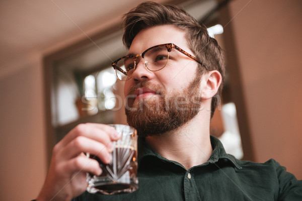 élégant barbu homme potable whiskey photo Photo stock © deandrobot