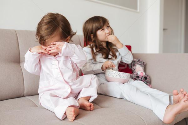 Közelkép zaklatott gyermek ül kanapé lánytestvér Stock fotó © deandrobot