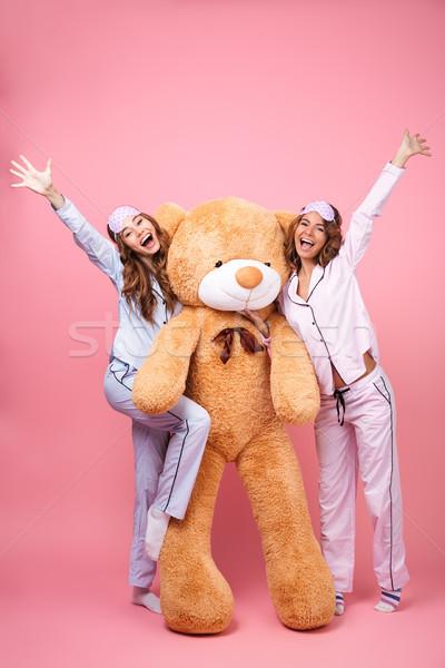 Wesoły znajomych kobiet piżama przytulić duży Zdjęcia stock © deandrobot