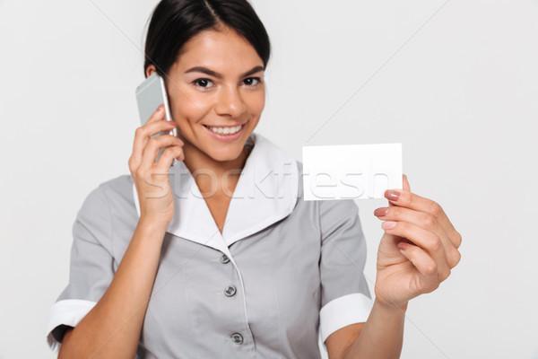 Fotografia szczęśliwy młodych pokojówka szary Zdjęcia stock © deandrobot