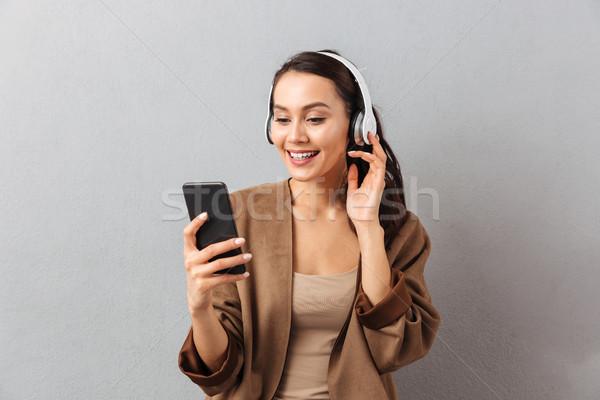 Stockfoto: Portret · gelukkig · jonge · asian · vrouw · luisteren · naar · muziek