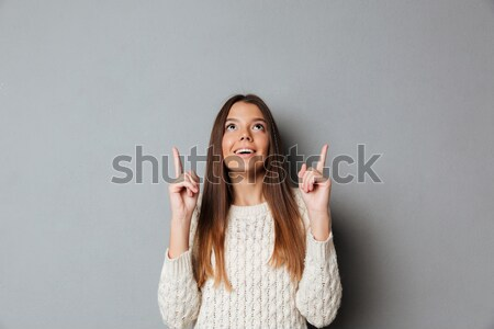 Ritratto felice giovane ragazza maglione punta dito Foto d'archivio © deandrobot