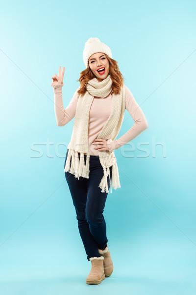 肖像 快樂 年輕的女孩 毛線衣 全長 顯示 商業照片 © deandrobot