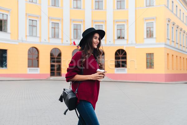 側面圖 快樂 女子 帽子 毛線衣 商業照片 © deandrobot