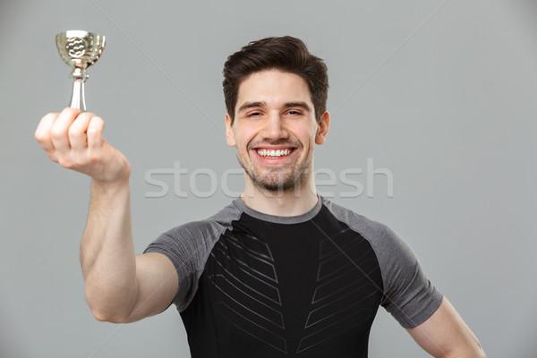 Glücklich jungen Sportler halten Vergabe Bild Stock foto © deandrobot