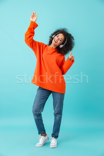 Foto tevreden vrouw toevallig jeans Stockfoto © deandrobot