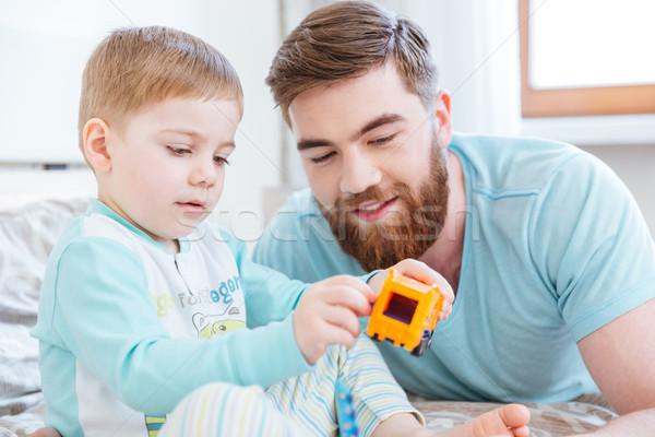 Tata syn gry zabawki bed domu Zdjęcia stock © deandrobot