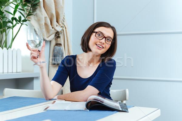 улыбающаяся женщина питьевая вода ждет официантка кафе улыбаясь Сток-фото © deandrobot