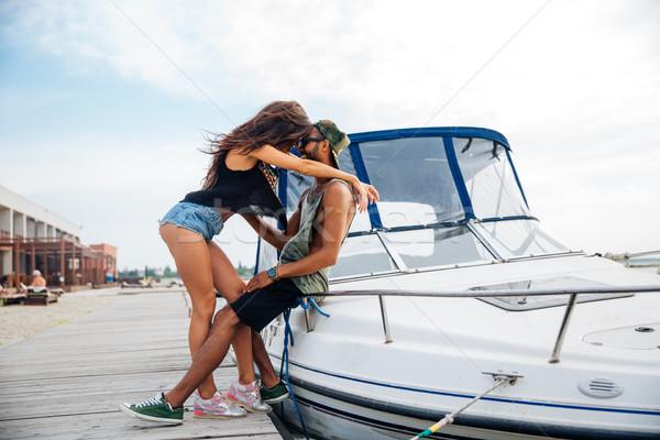 Feliz casal em pé pier barco Foto stock © deandrobot