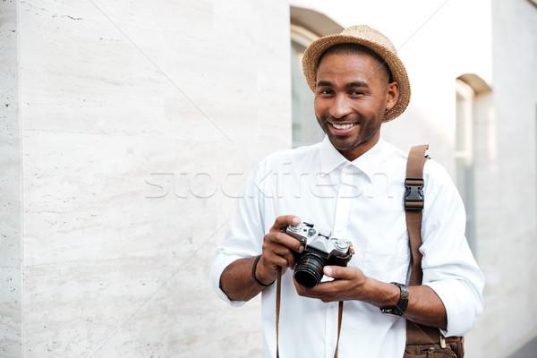 Ritratto african maschio fotografo sorridere strada Foto d'archivio © deandrobot