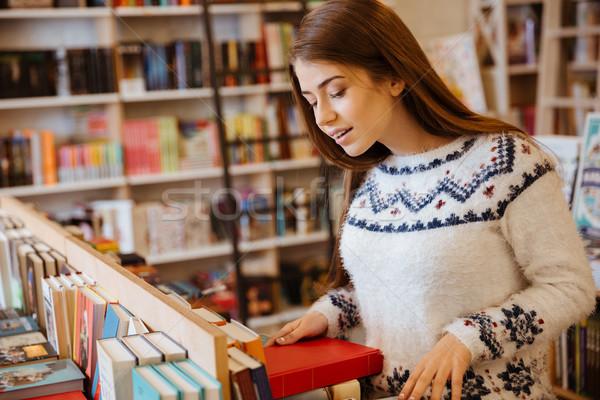 Mulher olhando livro retrato bastante mulher jovem Foto stock © deandrobot