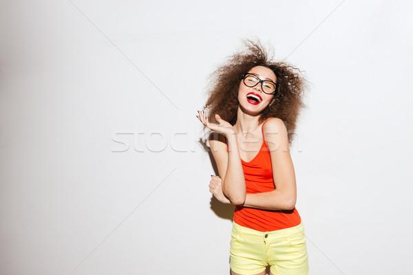 Nevet szokatlan modell szemüveg néz kamera Stock fotó © deandrobot