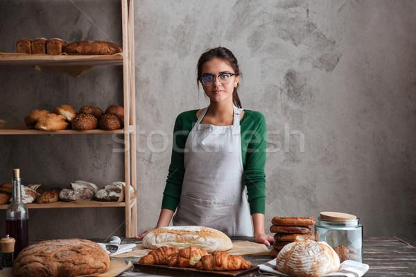 Feliz jovem senhora padeiro em pé padaria Foto stock © deandrobot