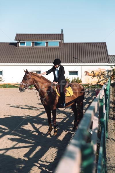 Asombroso jóvenes sesión caballo aire libre imagen Foto stock © deandrobot