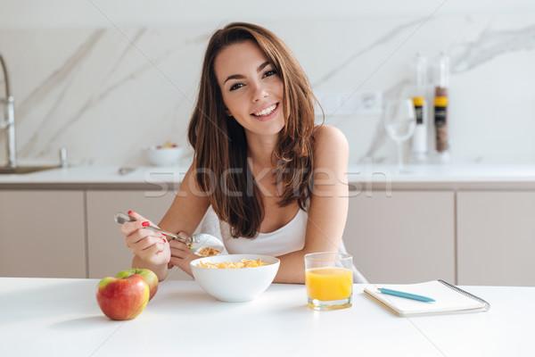 Souriant saine femme manger céréales Photo stock © deandrobot