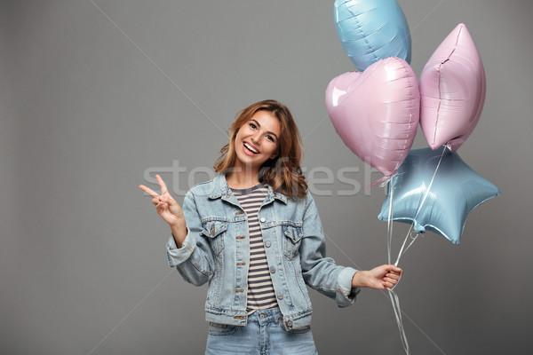 Podniecony uśmiechnięty młodych pani balony Zdjęcia stock © deandrobot