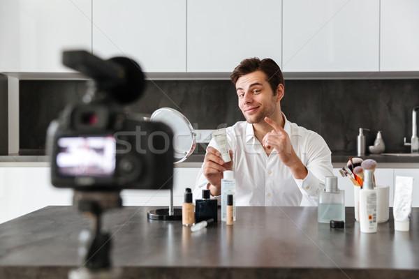 Młody człowiek wideo blog nowego kosmetycznych Zdjęcia stock © deandrobot