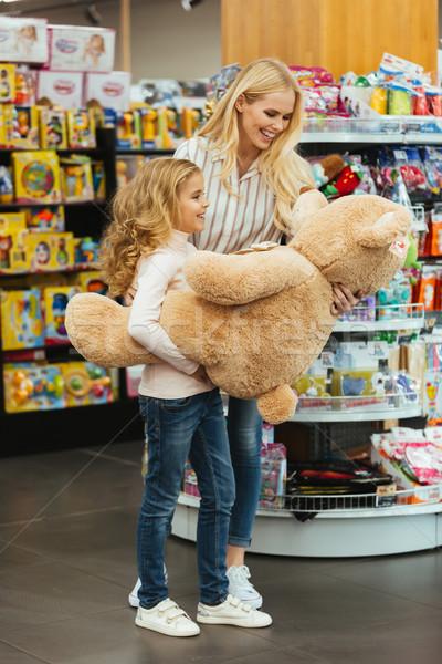 Elragadtatott anya lánygyermek áll áruház tart Stock fotó © deandrobot