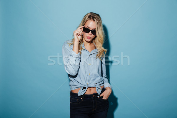 Foto fresco mujer rubia camisa gafas de sol posando Foto stock © deandrobot