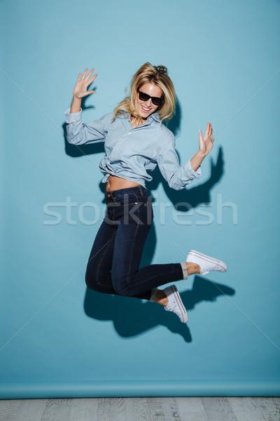 Afbeelding tevreden blonde vrouw shirt zonnebril Stockfoto © deandrobot