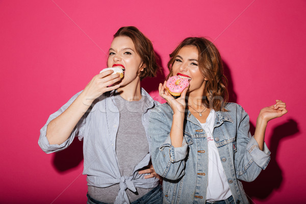 Incroyable deux femmes amis manger donuts photos Photo stock © deandrobot