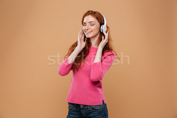 肖像 満足した 笑みを浮かべて 赤毛 少女 音楽を聴く ストックフォト © deandrobot