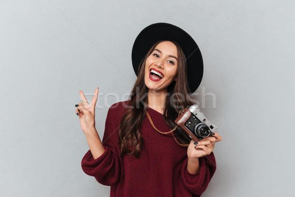 Szczęśliwy brunetka kobieta sweter hat Zdjęcia stock © deandrobot