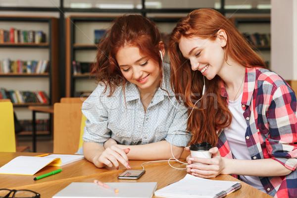 Portret dwa uśmiechnięty nastolatki słuchanie muzyki Zdjęcia stock © deandrobot