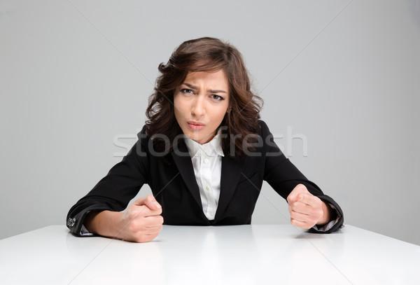 Folle agressif jeune femme séance pointant jeunes Photo stock © deandrobot