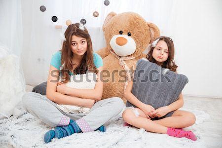 Twee gelukkig zusters lachend vechten Stockfoto © deandrobot