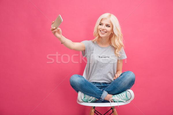 Zdjęcia stock: Uśmiechnięta · kobieta · Fotografia · smartphone · uśmiechnięty · młoda · kobieta