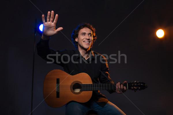 Stock fotó: Mosolyog · férfi · tart · gitár · integet · kéz