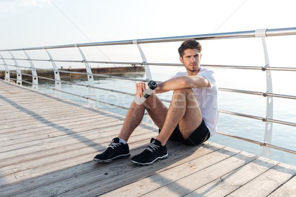 Zmęczony młodych sportowiec posiedzenia relaks Zdjęcia stock © deandrobot