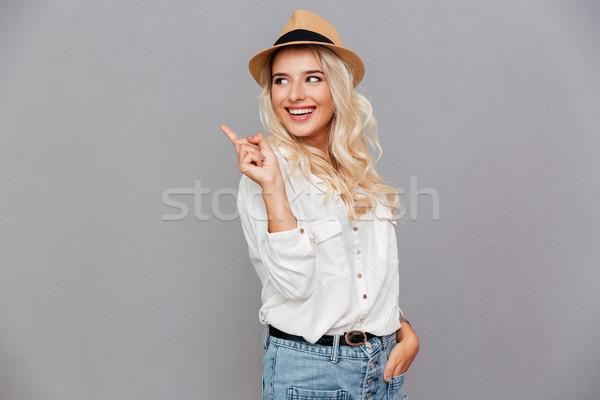 Stok fotoğraf: Mutlu · gülümseyen · kadın · işaret · parmak · uzak · gri