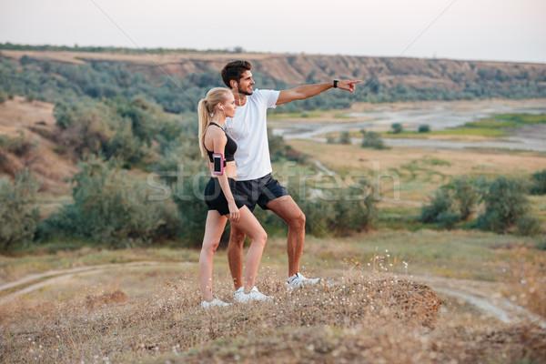 Fitnessz pár áll domb néz valami Stock fotó © deandrobot