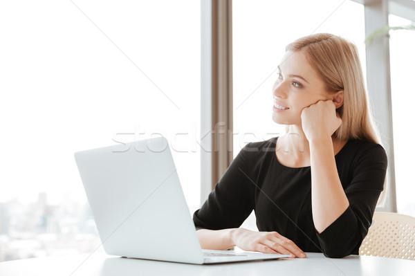 Stok fotoğraf: Genç · bayan · işçi · dizüstü · bilgisayar · kullanıyorsanız · bilgisayar