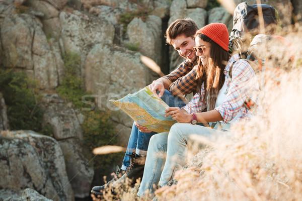 Oldalnézet kaland pár térkép ül emelkedő Stock fotó © deandrobot