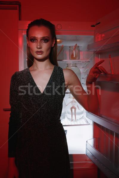 Verticaal afbeelding vrouw permanente koelkast Stockfoto © deandrobot
