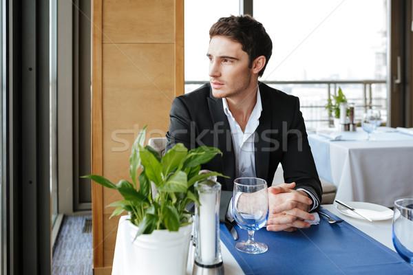 Peinzend man restaurant pak vergadering tabel Stockfoto © deandrobot