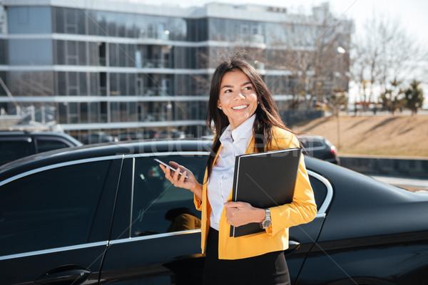 Foto stock: Feliz · empresária · em · pé · carro · telefone · móvel · jovem