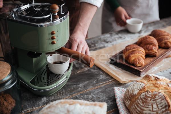 Imagen jóvenes pie panadería potable café Foto stock © deandrobot