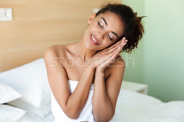 Felice dormire giovani african donna immagine Foto d'archivio © deandrobot