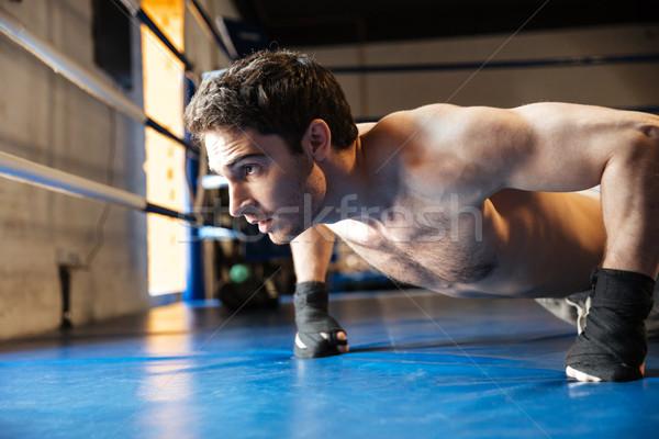Vue de côté concentré boxeur nu torse Photo stock © deandrobot