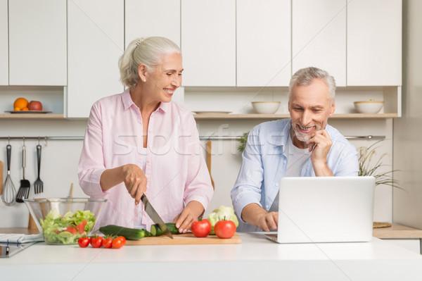 érett szerető pár család laptopot használ főzés Stock fotó © deandrobot