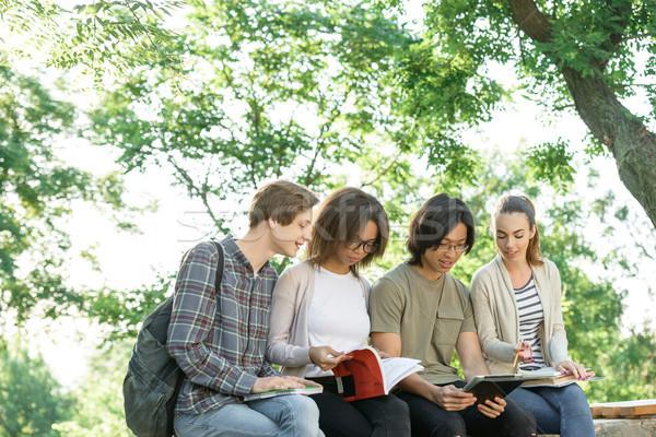 Giovani studenti seduta studiare esterna Foto d'archivio © deandrobot