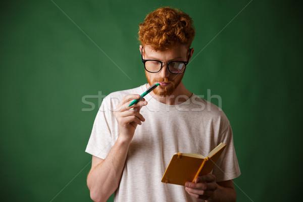 Smart bärtigen Studenten Gläser Lesung stellt fest Stock foto © deandrobot