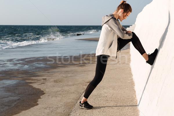 Mulher da aptidão em em pé branco parede Foto stock © deandrobot